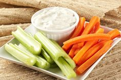 No todos los snacks buenos tienen porqué tener mil calorías... te proponemos uno que te encantará! Corta palitos de tus vegetales favoritos: Pepino, zanahoria, apio, manzana… prepara una salsa de yogur para mojarlos, y tienes un aperitivo delicioso y sano :-)