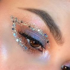 Glitter mania: 25 beauty looks shine in the festival.-Glitzer-Manie: 25 Schönheits-Looks glänzen im Festival. Denken Sie daran, Ihre… Glitter mania: 25 beauty looks shine in the festival. Remember to sparkle your eyelids. Makeup Eye Looks, Creative Makeup Looks, Pretty Makeup, Skin Makeup, Eyeshadow Makeup, Pink Eyeshadow, Makeup Monolid, Easy Eyeshadow, Makeup Eyes