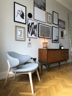 Neues Jahr, neuer Stuhl, viel Veränderung. –  schwarz-weiße Gallery Wall an grauer Wand, braune Kommode (ein Erbstück) und im Vordergrund der neue Stuhl von andas, zu kaufen bei Otto – Und wenn du auch einen Tapetenwechsel brauchst, dann folge dem Link