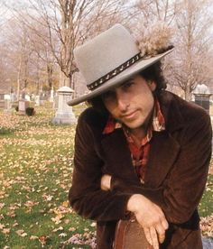 The Fall of 1975: Dylan and Allen Ginsberg visit Jack Kerouac's grave during the Rolling Thunder tour. Bob Dylan, Minnesota, Billy The Kid, Blues, Rolling Thunder, Joan Baez, Jack Kerouac, Music Magazines, Best Albums