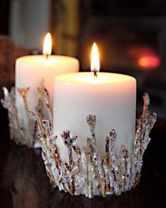 weiße Kerzen dekoriert mit in Zucker gewälzten Stäbchen