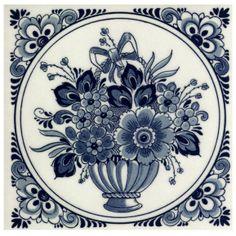 Delft blue tegel met een bloem in een vaas