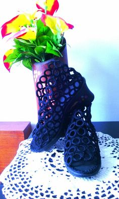 Sandalia Lucía tejida a crochet en color negro.