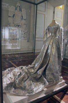 Empress Alexandra feodorovna court dress -- I'm completely guessing on a date. But that FABRIC!!
