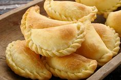 Antilliaanse pastechi: https://www.youtube.com/watch?v=ZRherGh93f4  en http://www.antilliaansekeuken.nl/antilliaanse-pasteitjes/  en http://www.antilliaans-eten.nl/recepten/pastechi-tuna-gevulde-pasteitjes-met-tonijn/