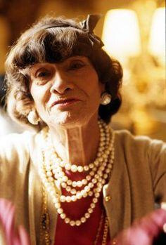 Coco Chanel en los años '20  puso de moda los collares de perlas de muchas vueltas, mezclando perlas cultivadas con falsas. Para Coco lo único que importaba era el efecto de glamour!