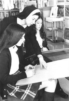 Sister Suzanne Marie Phillips teaches art at Notre Dame Academy in the early 1970s. Notre Dame Academy is the Toledo SND sponsored all-girl high school founded in 1924. #HistoryNun #NCSW http://www.sndtoledo.org