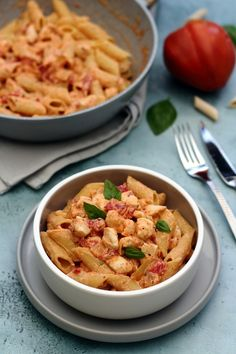 Chicken penne with creamy ricotta, tomato and basil sauce - Pasta - Beef Recipes Healthy Recipe Videos, Healthy Eating Recipes, Healthy Foods To Eat, Chicken Penne, Basil Chicken, Ricotta Pasta, Sauce Crémeuse, Crock Pot Tacos, Jars