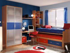 El azul y el rojo es una buena combinación para el cuarto de tu hijo.