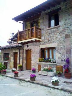 """MAZCUERRAS, Cantabria.- Casa de pueblo"""" El Reposo de Artemisa"""". Construida en piedra tallada a mano y con vigas de madera, dispone de tres dormitorios, salón comedor de 40 m² con chimenea, cocina equipada, dos amplios baños, jardín exterior con barbacoa, muebles de jardín y terraza solárium en la entrada de la casa orientada al sur. Situada a 15 minutos de las playas, cerca de Santillana del Mar, las cuevas de Altamira y del Soplao, Comillas, San Vicente de la Barquera o el parque de…"""
