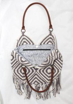 Bolsa de crochê com forro e bolso interno.