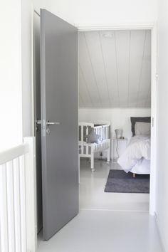 Stable slett dør malt i grått er en moderne og tidløs innerdør fra Swedoor.