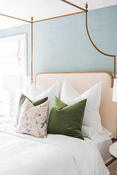 Refreshing bedroom with feminine details