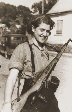 """Si hay una cosa que Sara Ginaite-Rubinson de 85 años no admite es que la consideren una heroína por haber sido un miembro de La Resistencia y sobrevivir al Holocausto. Es inflexible en este tema. """"No creo que un sobreviviente sea un héroe, lo es quien luchó y no sobrevivió. La supervivencia era cuestión de suerte, algo accidental. Esa es la realidad del Holocausto"""" recuerda."""