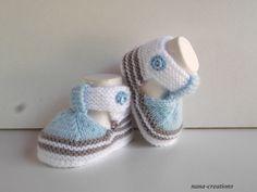 Chaussons bébé en laine forme sandales tricotés main, naissance à 3 mois.Blanc,bleu et taupe.