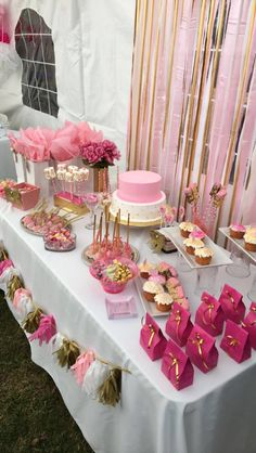 Rosa Gold und weiße Babypartytabelle – Pink Gold and White Baby Shower Table – Décoration Baby Shower, Baby Shower Princess, Girl Shower, Baby Shower Cakes, Baby Shower Parties, Bridal Shower, Baby Shower For Girls, Baby Shower Table Set Up, Pink Princess Party