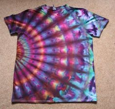 15 Easy DIY Tie Dye Projects Ideas- the shirt pictured is NOT in the list Easy Diy Tie Dye, How To Tie Dye, How To Dye Fabric, Diy Tie Dye Projects, Tie Dye Crafts, Diy Tie Dye Shirts, Dye T Shirt, Tie Dye Designs, Shirt Designs