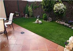 Diseño de jardines pequeños de Casas con #cespedartificial especial para #mascotas