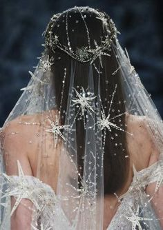 How beautiful is this veil! The star pattern makes an impression!
