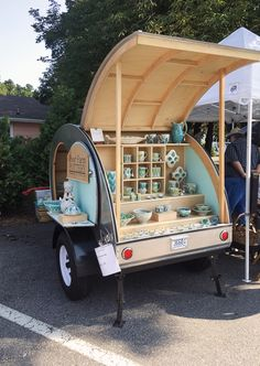 Ceramics Monthly Teardrop Trailer for display's by Andrea Denniston. For more on her trailer, take a look at the February 2017 issue of Ceramics Monthly. Craft Fair Displays, Market Displays, Craft Booths, Displays For Craft Shows, Bake Sale Displays, Art And Craft Shows, Mobile Boutique, Mobile Shop, Teardrop Trailer