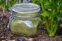 Att göra eget grönsakssalt är enkelt och vansinnigt gott. Det slår det mesta som går att köpa i butik! Jag tycker att saltblandningarna blir godast om jag använder grönsaker och grönsaksblast som bas, snarare än örter. Det blir renare smaker. Att göra grönsakssalt är också ett utmärkt sätt att ta tillvara på blast och stjälkar...
