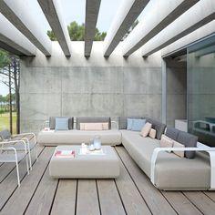 Un canapé d'extérieur d'angle gris clair, Manutti - Marie Claire Maison
