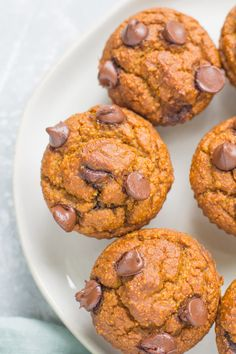 Healthy Pumpkin Muffins are a delicious, low sugar fall breakfast. Naturally gluten + dairy free - these muffins are easy to make and so tasty! Healthy Low Calorie Snacks, Healthy Muffin Recipes, Healthy Muffins, Clean Eating Pumpkin Muffins, Paleo Recipes, Bread Recipes, Healthy Eating, Cream Cheese Fat Bombs, Pumpkin Muffin Recipes
