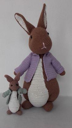 Peter Konijn met zijn kleine broertje. Het patroon is van Anja Toonen Easter Crochet, Cute Crochet, Crochet Dolls, Knit Crochet, Knitted Bunnies, Crochet Rabbit, Sheep And Lamb, Crochet Animals, Handmade Toys