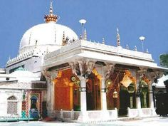 This Dargah is located in Ajmer Rajasthan, India. The Dargah is known by the name of Ajmer Sharif and Dargah Sharif. Islamic Images, Islamic Pictures, Islamic Quotes, Muslim Pictures, Independence Day Images, Happy Independence, Famous Saints, Medina Mosque, Sufi Saints