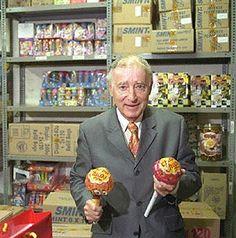 """#apctitudes Enric Bernat entre 1956 y 1957 tuvo la idea de hacer un caramelo que pudiera agarrarse con un palo. En 1958, lo introdujo en el mercado español bajo la marca """"Chups"""". Un eslogan publicitario de la marca decía """"chupa Chups"""" y la gente lo adoptó como nombre del producto."""