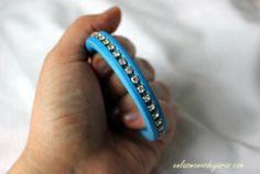 Pulsera azul, con strass... http://enlasmanosdeyaras.com/2013/05/27/mira-que-pulsera-en-azulon-de-cuero-y-strass/#comments