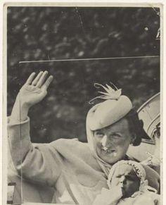 Juliana, koningin der Nederlanden, en Irene, prinses der Nederlanden, in een auto te Den Haag op de verjaardag van Juliana op 30 april 1940, anoniem, Polygoon, N.V. Maatschappij Rembrandt, 1940 - konings-huis-Verzameld werk van Geertruida M.P. Brouwer - Alle Rijksstudio's - Rijksstudio - Rijksmuseum