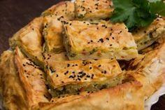 Rezept für Börek im Blech Das Tepsi Böreği ~ Börek (Teigblätter) mit Käse-Füllung ist in der Zubereitung sehr einfach. Als Grundlage braucht man ein Backblech, jedoch geht es auch in einer tieferen Auflaufform. Dann wird das Börek dicker. Update 11.2012:eine Rezept-Karte zum Download als PDF:  Zutaten: 4 Teigblätter (Yufka) 3 Eier 250g türkischer Feta…