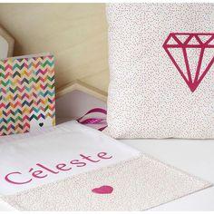 Aujourd'hui sur le blog un tissu confettis et du flock velours rose pour une babybox... Belle journée !  #diy #crafts #crafting #mondiyamoi #baby #bebe #cadeau #naissance #birthgift #diamant #diamond #flock #coeur #heart #babybox #customisation #customization #motifs #cousumain #tissu #fabric by tadaamblog