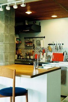 タイル「ALHAMBRA(アルハンブラ)」/////<p>カウンターにパーティーシンクを付けて、キッチンでの作業効率をUP。</p> Mid-century Modern, New Homes, Mid Century, Interior, Kitchen, Table, House, Furniture, Home Decor