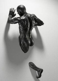 Atrapados en las paredes, esculturas de Matteo Pugliese