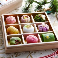 Wagashi are delicious Japanese sweets, often served as part of a traditional tea ceremony. They are crafted to look like symbols of the season Japan is experiencing at the particular moment when th… Japanese Sweets, Japanese Wagashi, Japanese Candy, Japanese Dishes, Japanese Food Art, Japanese Geisha, Japanese Kimono, Snacks Japonais, Desserts Japonais