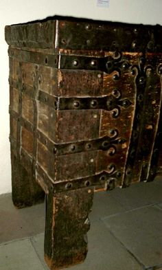 Medieval Chests - Coffre à pentures de fer forgé. Strasbourg, église Saint-Thomas. -  This is a 14th century chest from the Saint Thomas church in Strasbourg. It has strap hinges and decorations made from iron forge work.