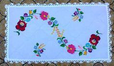 Ezt a gyönyörű kalocsai mintát puppets hímző fonallal hímeztem, a szélét Honleány horgoló fonallal horgoltam körbe. Mexican Embroidery, Hungarian Embroidery, Folk Embroidery, Ribbon Embroidery, Embroidery Designs, Satin Stitch, Hungary, Hand Stitching, Folk Art