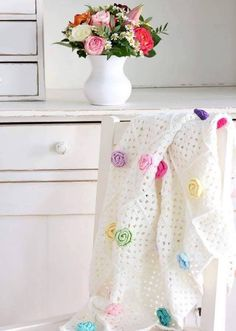 Simple rose and granny square blanket Crochet Quilt, Crochet Home, Love Crochet, Crochet Granny, Baby Blanket Crochet, Crochet Motif, Diy Crochet, Crochet Baby, Crochet Blankets