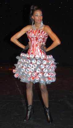 Jelly fish Dress in fabric with Vinyl Upcycled plastic cups Dress Christmas lights cds bubble wrap - Salvabrani Recycled Costumes, Recycled Dress, Recycled Cans, Paper Fashion, Diy Fashion, Fashion Show, Young Fashion, Anything But Clothes, Costume Carnaval