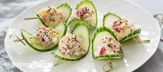 Vrolijke komkommerschuitjes met zelfgemaakte krabsalade met radijs. Cucumber Recipes, Salad Recipes, A Food, Food And Drink, Cocktail, Appetisers, Avocado Egg, Party Snacks, No Cook Meals