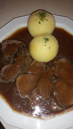 Hirschbraten in Rotweinsauce mit Knödeln und Preisselbeeren,ein Gaumenschmauß.Etwas Besonders für liebe Gäste das sehr bekömmlich und leicht verdaulich ist.
