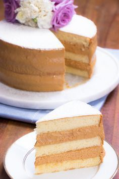 Bolo Bem Casado - sponge cake with dulce de leche filling Sweet Recipes, Cake Recipes, Dessert Recipes, Tortas Deli, Food Cakes, Cupcake Cakes, Delicious Desserts, Yummy Food, Gateaux Cake