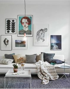 gris perle tapis coussins et nuances dans les tableaux de ce salon sur la pointe des tendances