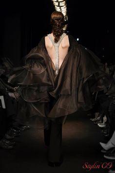 Chaque robe de la collection printemps/été 2016 est un véritable chef-d'œuvre. Le style de Stephane Rolland reste architectural, pur et élégant. Les déesses sculpturales offrent un défilé de salon…