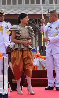 New dress designer princess ideas Designer Party Dresses, Party Dresses Online, Thai Princess, Thailand Princess, Thai Traditional Dress, Traditional Clothes, Traditional Fashion, Trendy Dresses, Fashion Dresses