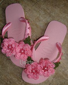 Lisarte Flor  Chinelo Decorado com Crochê e Perola Havaiana top  Feito sob encomenda de 2 a 5 dias para decorar dependendo da quantidade de pedidos  Infantil numero, 25/26, 27/28, 29/30, 31/32, Adulto 33/34, 35/36, 37/38, 39/40, 41/42  Confirmar a cor e o numero algumas cores não tem em todas num... Crochet Shoes Pattern, Crochet Slippers, Crochet Patterns, Flip Flop Slippers, Flip Flop Shoes, Flip Flop Craft, Crochet Flip Flops, Decorating Flip Flops, Crochet Barefoot Sandals
