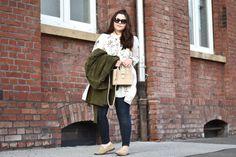 """Es gibt Trends, die kommen einfach immer wieder: genau so ist es nun mit dem """"Kleid über Jeans""""-Trend, den man nun wieder öfters sieht!"""
