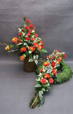 Grave Decorations, Flower Decorations, 29 December, Funeral Flowers, Centre Pieces, Interior Design Living Room, Flower Designs, Flower Arrangements, Floral Wreath